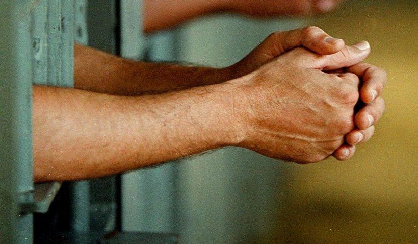 Un agent de la Penitenciarul Poarta Albă, arestat pentru luare de mită. Cum îi umilea pe deținuții care nu dădeau șpagă