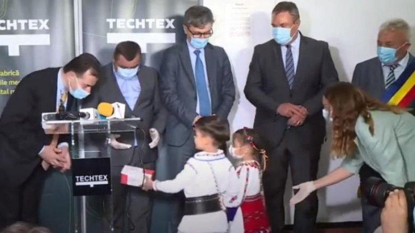 """CTP, după ce Orban a fost întâmpinat cu copii la fabrica de măști: """"Aș interzice prin lege acest contact al copiilor cu politicianul"""""""