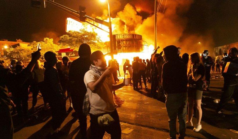 Protestele din SUA au scăpat de sub control. Manifestanții au atacat Casa Albă și sediul CNN. În Minneapolis a fost decretată starea de urgență