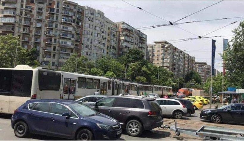 Un tramvai a deraiat și a lovit un autoturism, într-o intersecție din București (Galerie foto)
