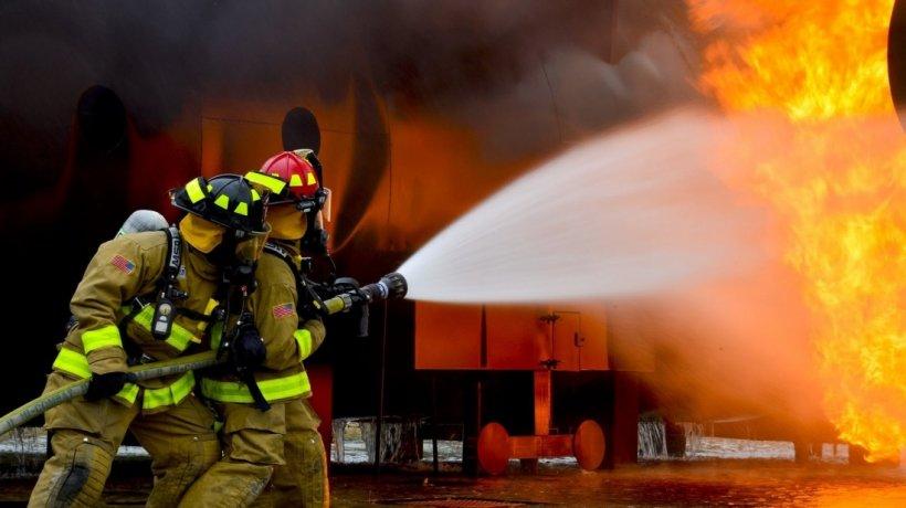 Explozie, urmată de incendiu, într-un bloc din Iași. Două persoane au fost rănite