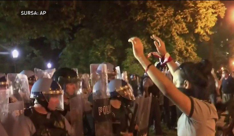 Protestatarii americani au rupt bucăți din gardul Casei Albe