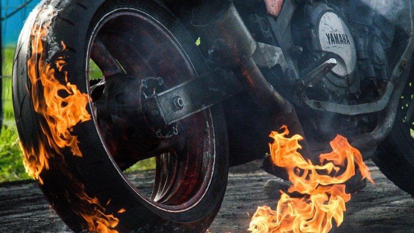 Un motociclist a luat foc în timp ce era pulverizat cu dezinfectant