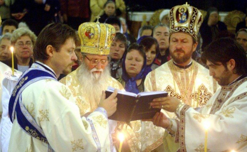 Fostul episcop de Huși, arestat pentru viol, stă printre sfinți pe peretele bisericii din satul natal. Paroh: Nu m-am gândit să acopăr pictura