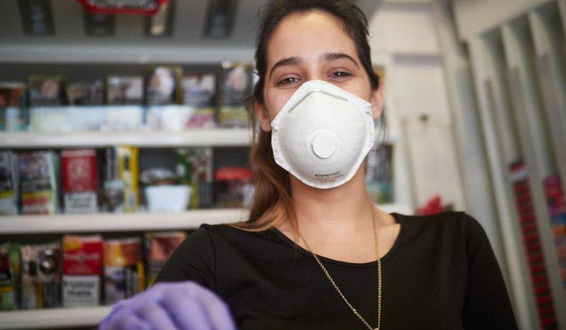 Mărturia cutremurătoare a unei mame: Fiica mea de 19 ani s-a infectat la plămâni după ce a fost nevoită să poarte mască 8 ore pe zi