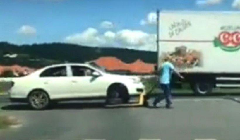 Șofer filmat în timp ce își ducea mașina cu o liză la vulcanizare: 'Doar în România!'