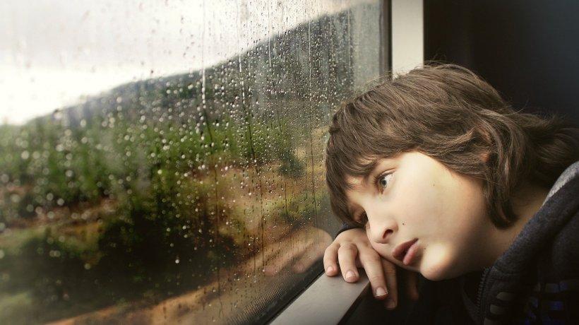 A mers cu tatăl său la spital, dar nu a aflat că a murit. Drama unui copil de nouă ani din Buzău care își așteaptă părintele