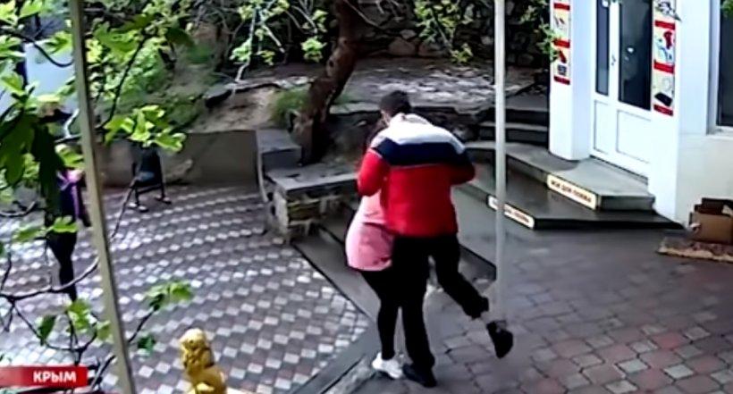 Un antrenor de MMA a bătut o vânzătoare pentru că nu l-a lăsat în magazin fără mască VIDEO
