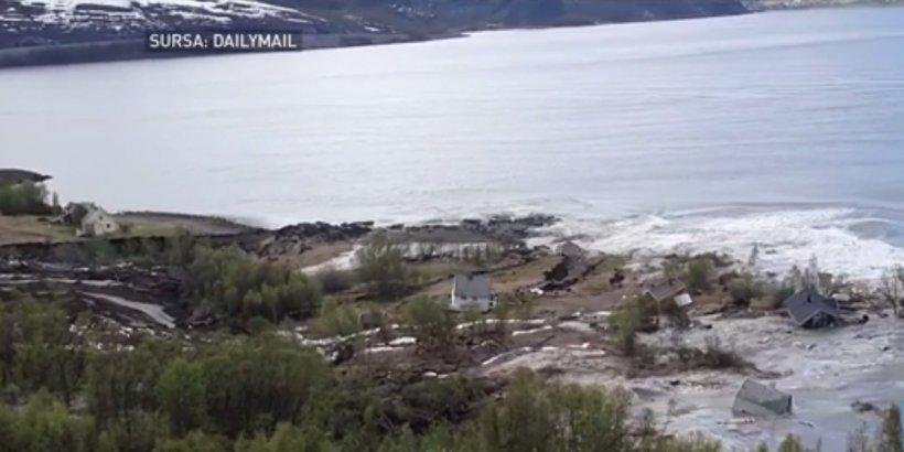 Opt case au ajuns în apă, în urma unei alunecări de teren