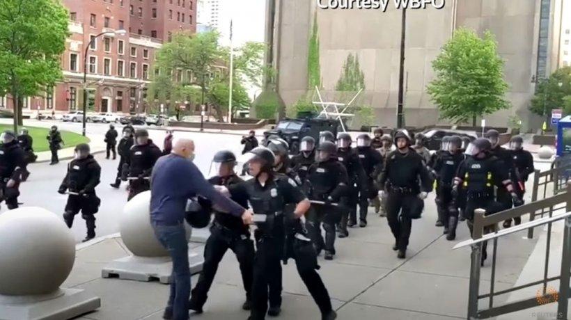 Video șocant în SUA. Doi polițiști, filmați cum trântesc la pământ un bărbat de 75 de ani. Acesta nu se mai ridică de la pământ