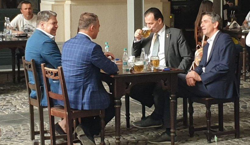 Premierul Ludovic Orban a ieșit să bea bere în Centrul Vechi