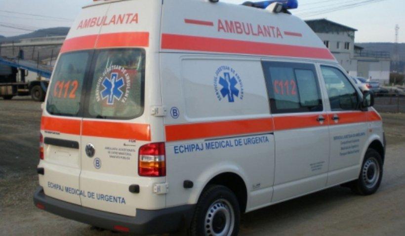 Accident grav în Sibiu: Un șofer a ajuns de urgență la spital după ce a căzut cu mașina în mlaștină
