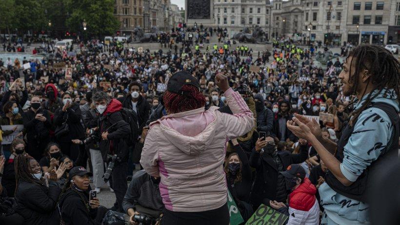 Incidente violente la Londra. Ciocniri între poliție, activiști de extremă dreapta și manifestanți antirasism