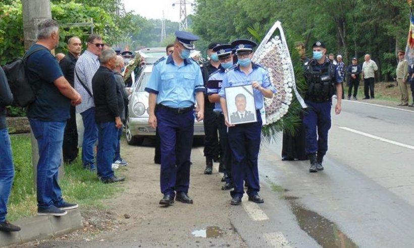Polițistul Mihai Bara, care a murit ars de viu alături de colega sa, înmormântat cu onoruri militare. Sicriul a fost învelit cu drapelul României