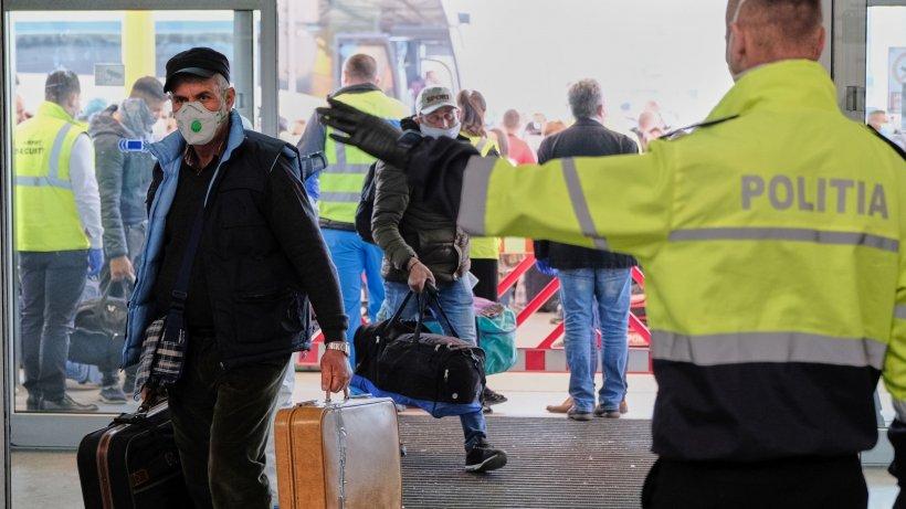 Zeci de români au fost aduși în țară, după ce au rămas blocați din cauza pandemiei