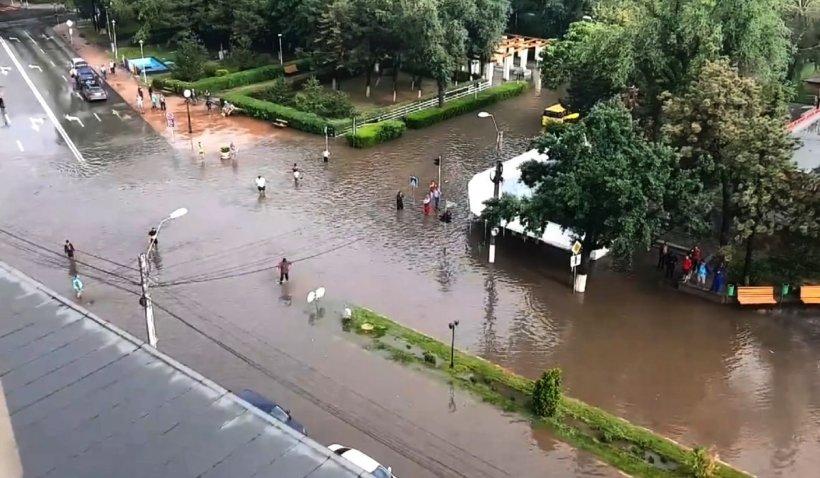 Zeci de case și instituții publice inundate, după o ploaie torențială care a paralizat orașul Slobozia