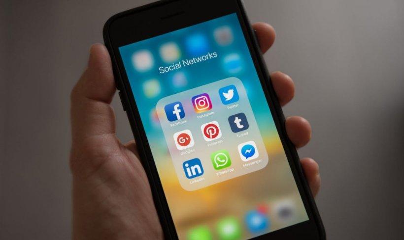 Atenție! Facebook îți poate accesa datele bancare și corespondența. Cum poți dezactiva această setare