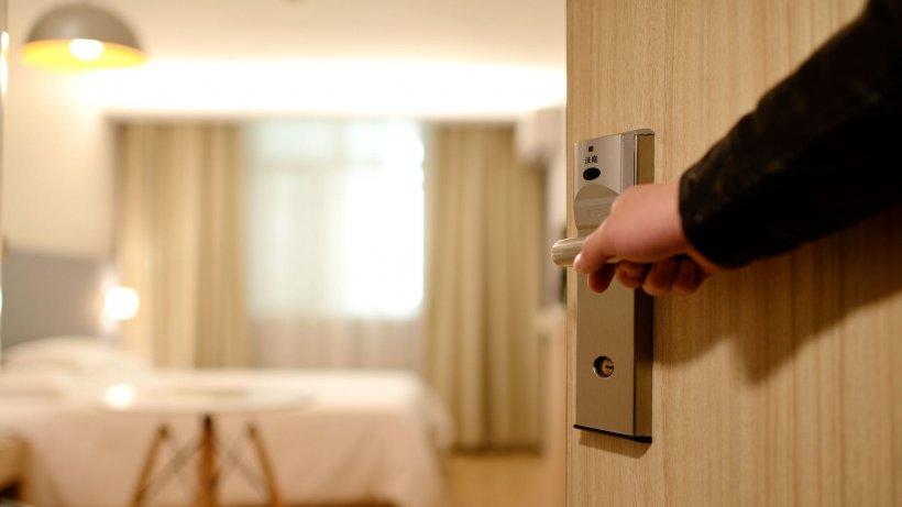 Decizie aberantă. Cuplurile necăsătorite nu se mai pot caza în aceeași cameră la hotel. Care este motivul