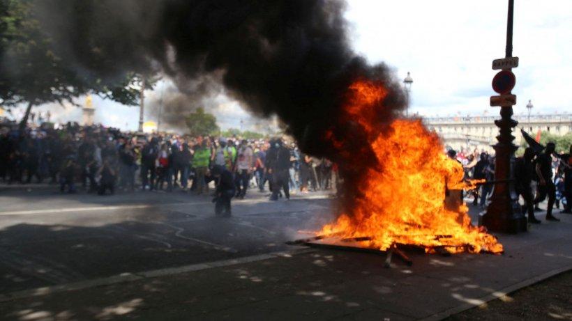 Confruntări violente între sute de protestatari și forțele de ordine pe străzile din Paris