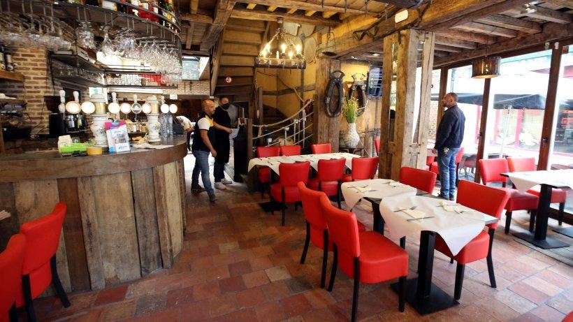 Patronii de restaurante sunt disperați. Au datorii de zeci de mii de euro, după ce au tras obloanele în starea de urgenţă
