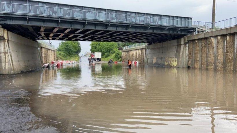 Ploaia a făcut ravagii în București! Mai multe străzi au fost inundate