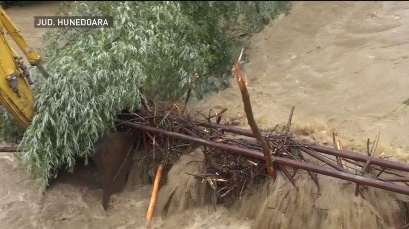 România, măturată de inundaţii! Norii au adus potopul în peste 20 de judeţe, unde a plouat cât pentru tot anul