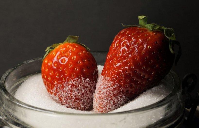 Nu mai mâncați căpșuni cu zahăr! Cercetătorii au descoperit ce probleme mari pot crea