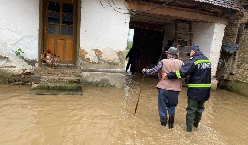 Cod roșu de ploi torențiale în Timiș și Caraș-Severin. Zeci de case au fost inundate