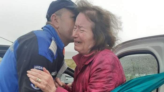 Emoționant! Doamna plângea în hohote pe Transalpina când a cerut ajutorul trecătorilor. Ce a urmat e impresionant