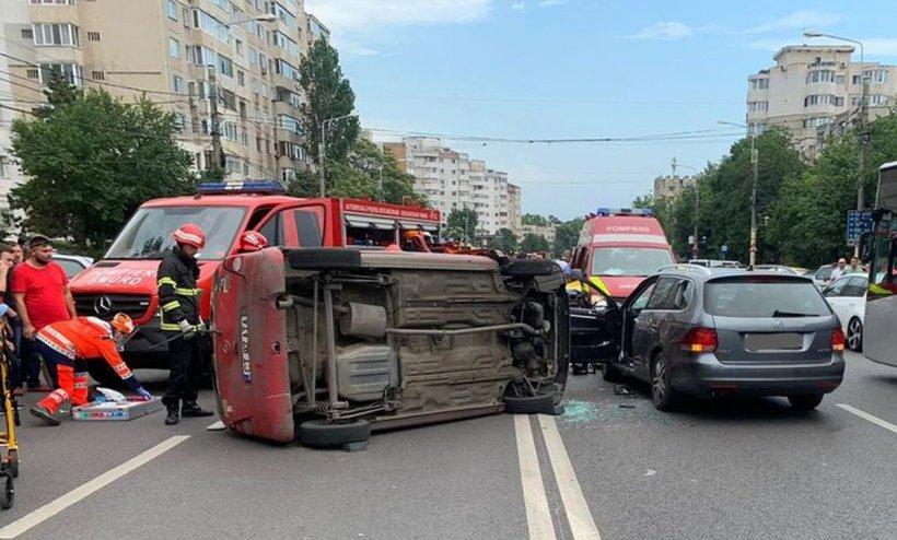 Un tânăr de 26 de ani a murit şi trei maşini s-au lovit, după ce o şoferiţă de 70 de ani nu a respectat indicatorul Oprire