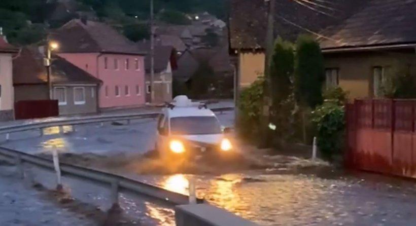 Dezastru în mai multe județe din țară din cauza ploilor torențiale. Drumuri distruse, case rămase fără curent electric