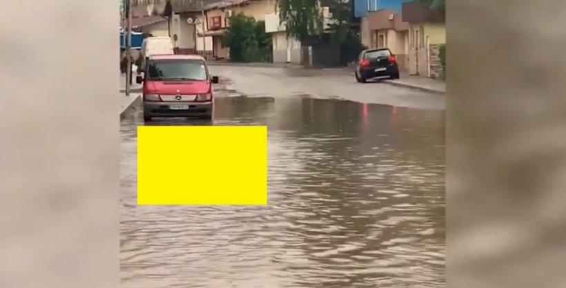 Imagini ireale din Vatra Dornei. Un bărbat a ieșit să înoate pe strada inundată de ploaie - VIDEO