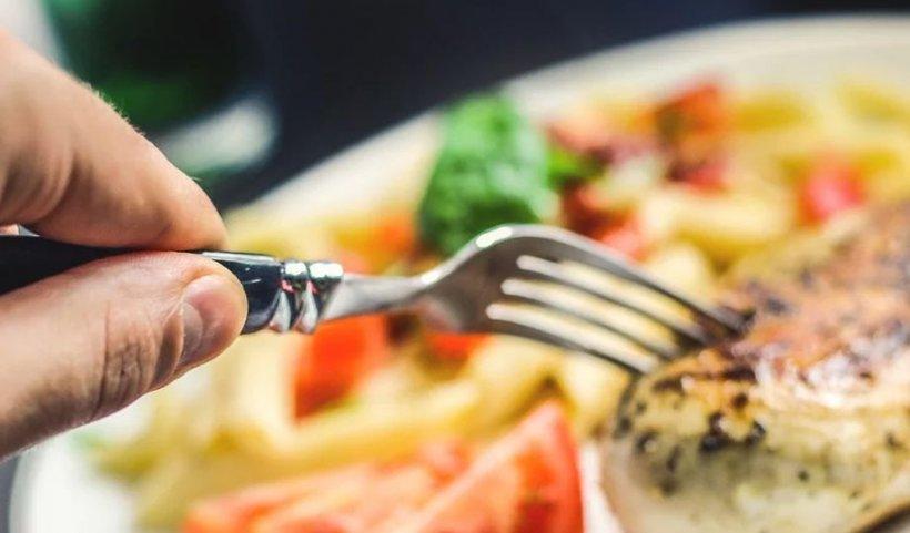 Nu mânca niciodată aceste alimente atunci când ești stresat. Ce trebuie să evităm pentru a scăpa de anxietate