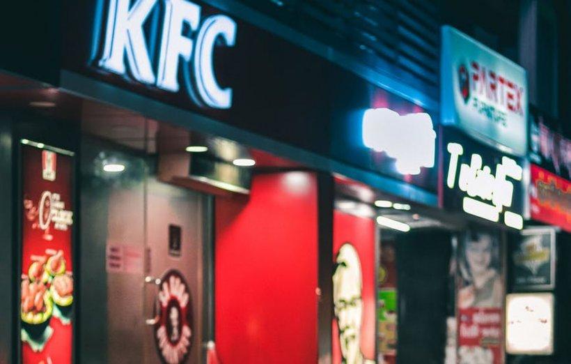Primul restaurant de tip fast-food în care clienții sunt serviți de către roboți. Comanda ajunge la persoana potrivită prin sistemul de recunoaștere facială