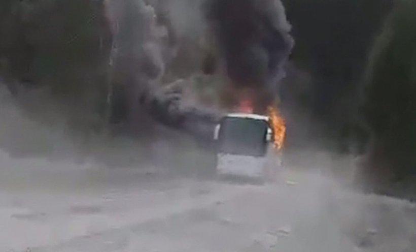 Un autocar a luat foc în Azuga. Zeci de pasageri s-au autoevacuat
