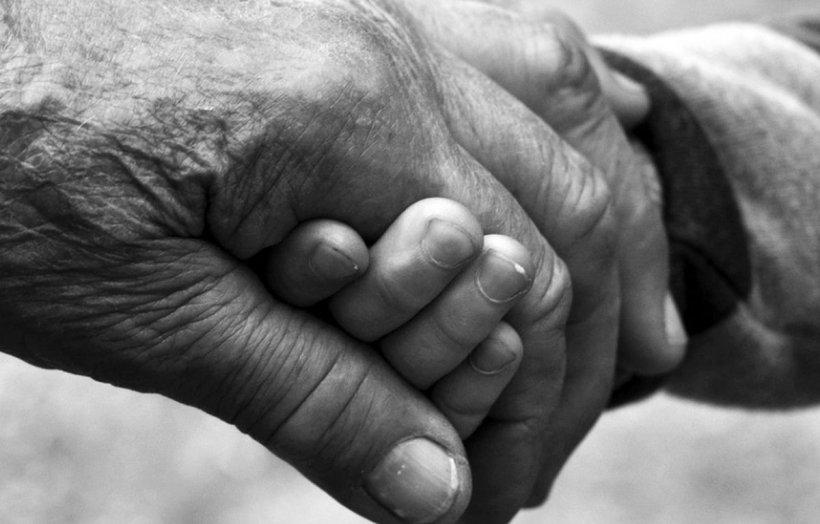Un pensionar din Dolj, arestat pentru relații sexuale cu două surori de 14 și 16 ani. Cu cea mare a făcut un copil