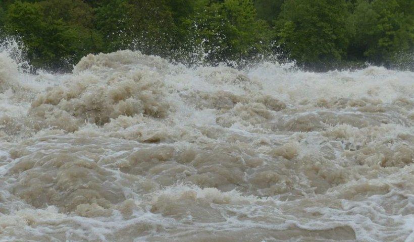 Copil de 5 ani luat de ape, căutări disperate! Zeci de oameni evacuați din case din cauza ploilor