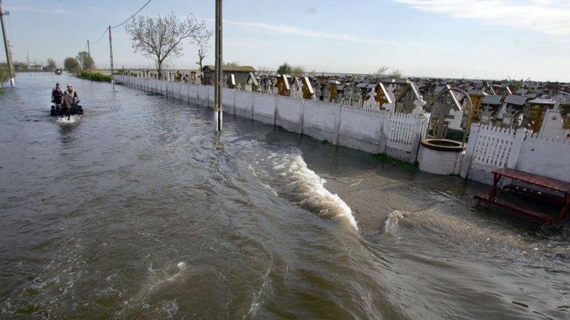 Românii, îngroziţi după ce apele învolburate le-au tulburat liniştea: ''Teroare, copiii speriaţi, suntem în ultimul hal!''