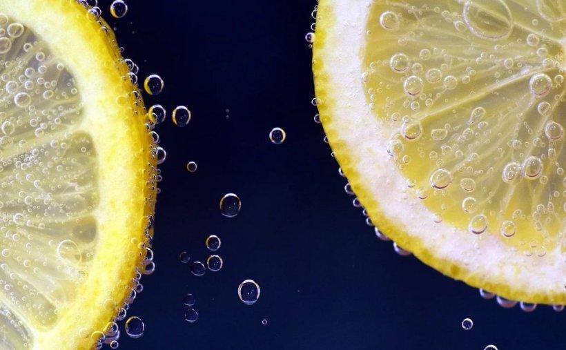 Sfat de sănătate. Mitul apei plate cu lâmâie pierde teren. Medicii spun adevărul despre această combinaţie