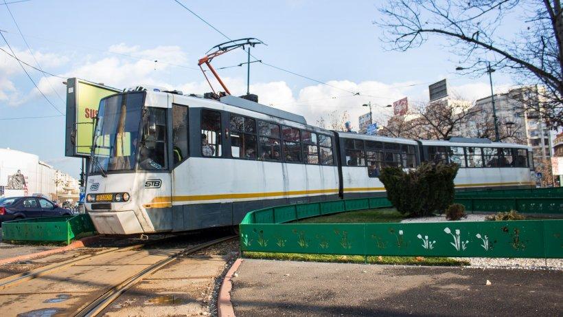 Un tramvai din Capitală a deraiat și a lovit în plin două mașini. Care este cauza