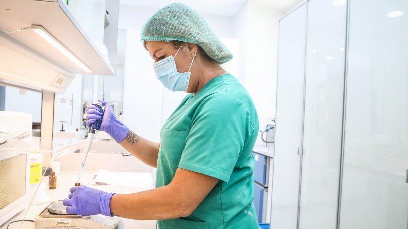 Aproape o mie de români, care lucrează la un abator din Germania, confirmați cu coronavirus