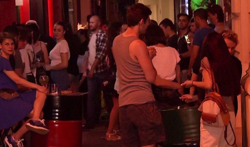 Petreceri cu o mulțime de tineri în Centrul Vechi al Capitalei, în plină pandemie de coronavirus