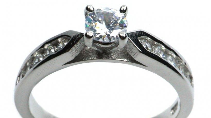 Un inel argint cu piatra de logodna potrivit pentru femeia iubita: sfaturi si idei!