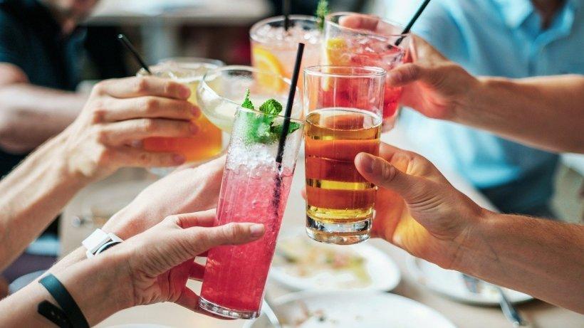 DIETĂ. Mare atenție la băuturile alcoolice vara! Pot ascunde enorm de multe calorii. Alegerile care ne vor menține silueta