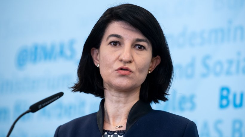 Scandal la conferința de presă a ministrului Muncii. Violeta Alexandru, apostrofată de un pensionar - VIDEO