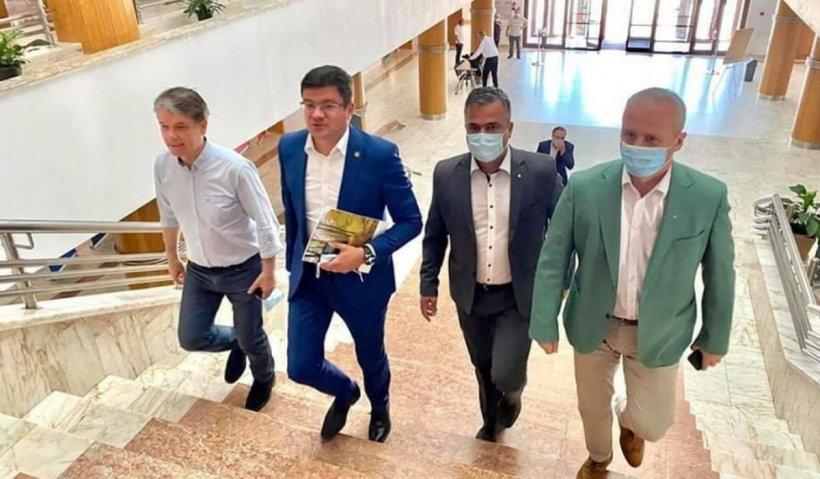 Imagini scandaloase cu ministrul Mediului. Costel Alexe sfidează legea împreună cu primarul din Brașov