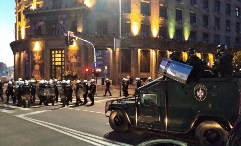 Proteste de amploare în Serbia, după reinstaurarea stării de urgență. Manifestanții violenți au reușit să intre în Parlament