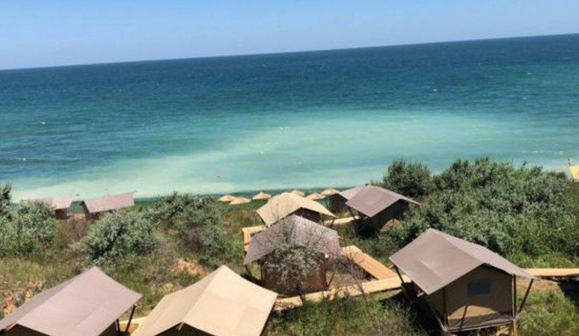 """E haos pe plaja """"sălbatică"""" de la Tuzla. Autoritățile au găsit haznale lângă izvoarele de apă """"potabilă"""""""