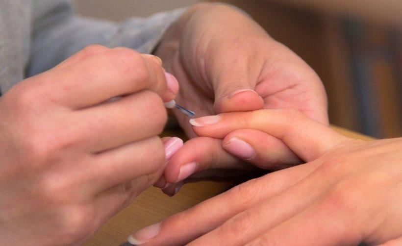 Oja de unghii poate duce la cancer. Conține zeci de substanțe toxice, care ajung direct în sânge!