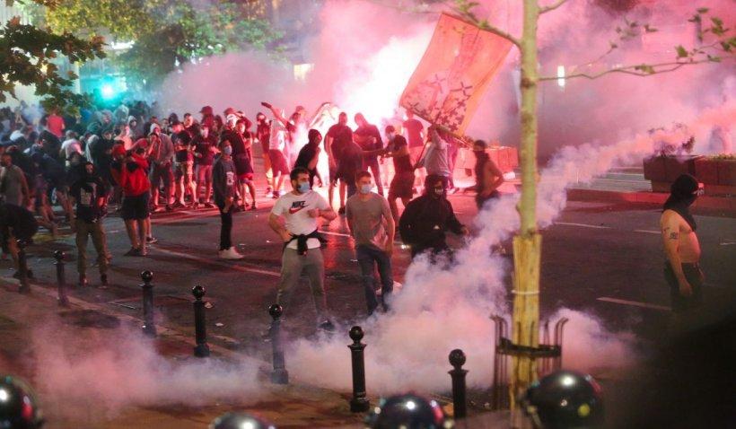 Mii de protestatari au încercat să ia cu asalt Parlamentul din Belgrad